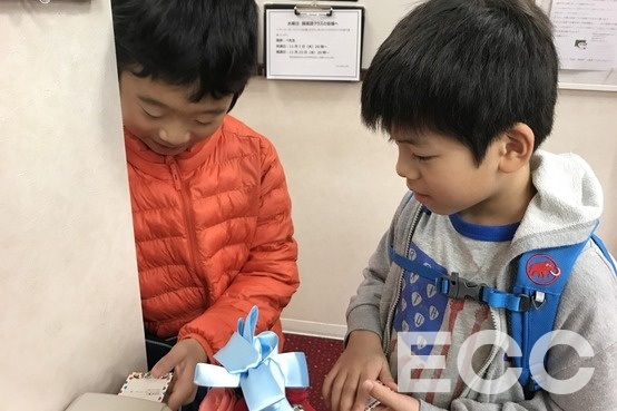 Did you insert your attendance card? Yes! we did!「出席カード、通した?」「うん!」|天神イムズ校の子供英会話・小学生の英会話教室・スクール